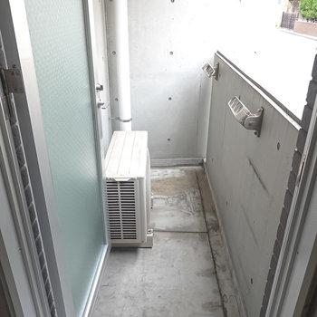 ベランダはキッチン横のドアから。コンパクトですが、洗濯物はしっかり干せそう。