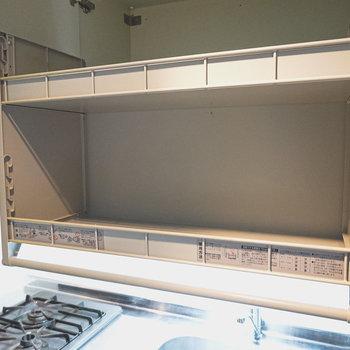 開けてみると可動式の収納が出てきました!良いお皿も安心して収納できます。