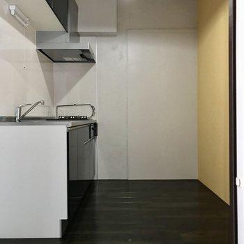 そこはキッチンでした。横には冷蔵庫。向かい側にも食器棚が置けそうです
