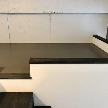 しっかりとした階段を登った先はロフト。マットレスを敷いて寝室にしてもいいなぁ