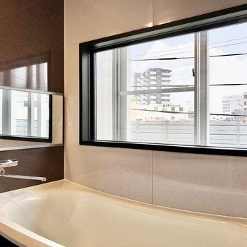 なんと、お風呂には大きな窓。外の景色が楽しめます