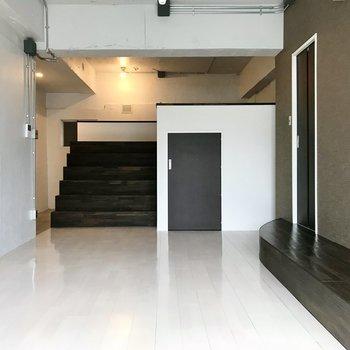 透き通る床に漆喰の白。そしてグレージュの壁でしっかり引き締めて◯