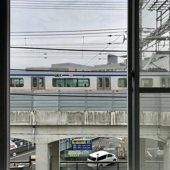 窓の先からは電車が見えました。この大きな窓、圧巻です