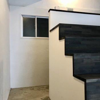 階段横の細い通路を通って玄関へ。この道、わくわくしちゃう