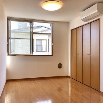 【洋室①】こちらは約5.5帖の洋室。