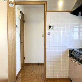この扉から玄関側へ。