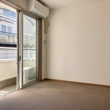 【洋室②】約6.9帖の洋室はカーペット敷きになっています。