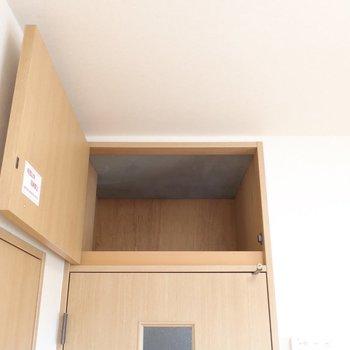 リビング入口の上部にも収納!本のバックナンバーなんかも置けますよ◎(※写真は12階の同間取り、角部屋のものです)