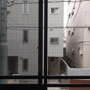 窓からの眺望。目の前には建物が。※写真は前回募集時のものです