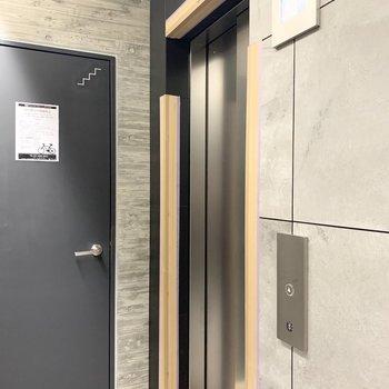エレベーターの防犯モニターが付いています。安心ですね。※写真は養生時のものです
