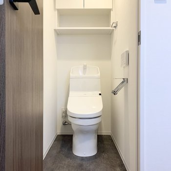 温水洗浄便座、棚付きです。トイレットペーパーホルダーもスタイリッシュ。
