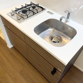 キッチンはシンプルなデザイン。洗い物はこまめにしましょう。