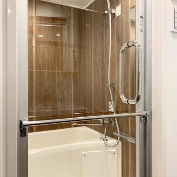 ガラス張りのバスルームで開放感があります。