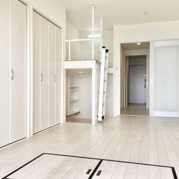 キッチンと洋室は仕切ることもできますよ。※写真は8階反転間取り・別部屋のものです。