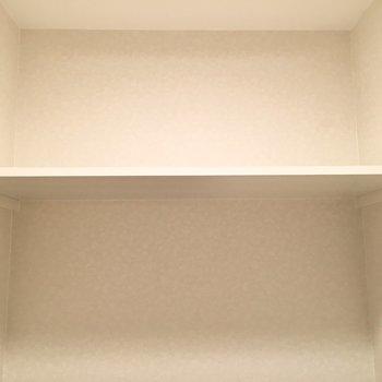ペーパーのストックは上の棚に。※写真は8階反転間取り・別部屋のものです。