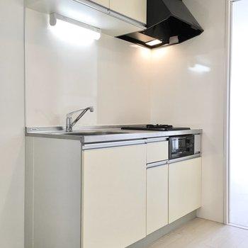 キッチンも白で清潔感があります。※写真は8階反転間取り・別部屋のものです。