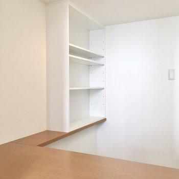 本棚つきの書斎スペース。※写真は8階反転間取り・別部屋のものです。