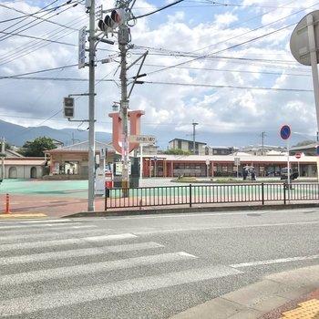 駅前のロータリーはゆったりしていて、車での送迎もしやすいですよ。