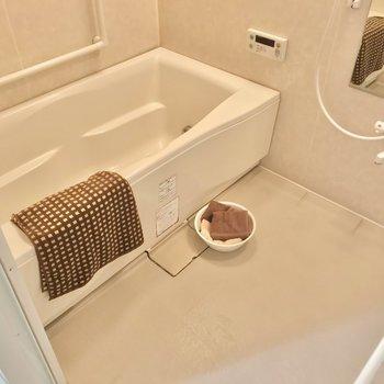 お風呂はお子さまと2人で入れる広さ。追焚機能も付いていますよ。(※写真の小物は見本です)
