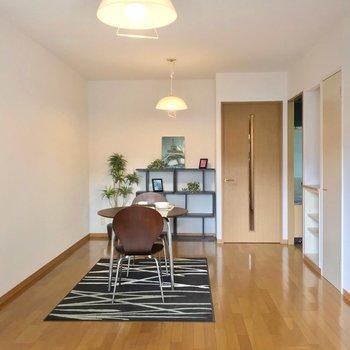 扉側にダイニングテーブルを置いてお食事スペースに。(※写真の家具・小物は見本です)