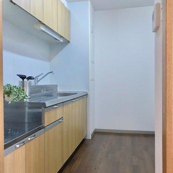 冷蔵庫はキッチン向かいの壁側に置けますよ。(※写真の小物は見本です)