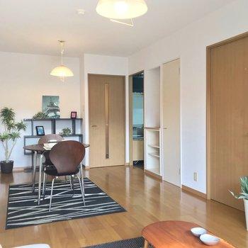 キッチンは右側に独立しているつくり。(※写真の家具・小物は見本です)