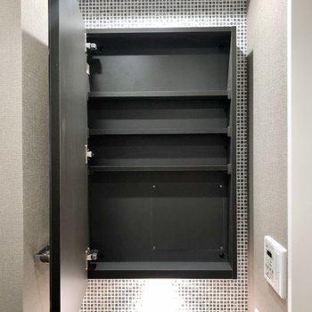 洗面台の鏡を開ければ収納がありますよ ※写真は5階の同間取り別部屋のものです