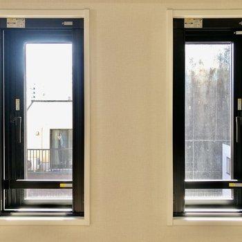 DKの2つの窓から心地いい日差しが差し込みますよ※写真は5階の同間取り別部屋のものです