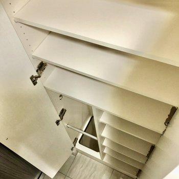 靴箱は縦長にずらっと大容量です※写真は5階の同間取り別部屋のものです