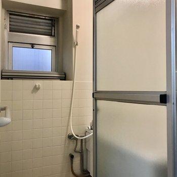 お風呂には窓付き◯