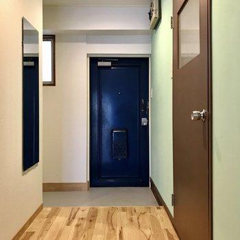 玄関はオープン。リビングが丸見えだからこそ、綺麗にしておきたい。鏡付きです◯