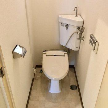 トイレにも窓付き。ウォシュレットもありますよ
