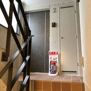 お部屋は2階に上がって左側のドアからです。