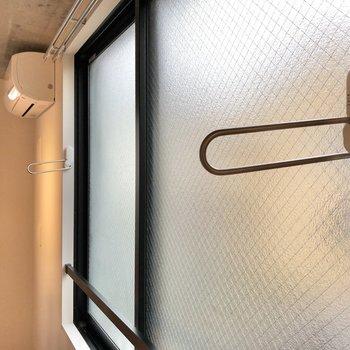 バルコニーはありませんが、窓には室内物干し掛け付きです。
