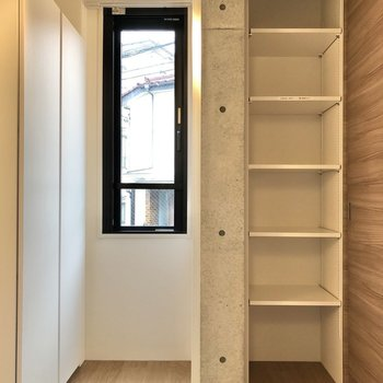 【ベッドルーム】小窓の隣にも見せる収納があります。