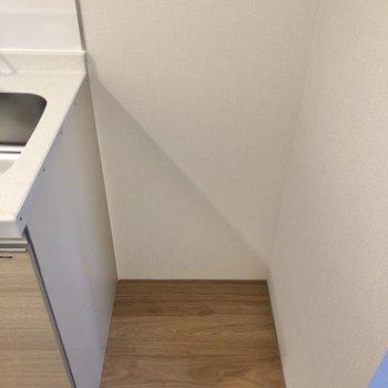 【LDK】横には冷蔵庫置き場があります。