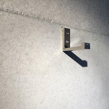コンクリート壁には所々フック付きです。探してみて下さいね。