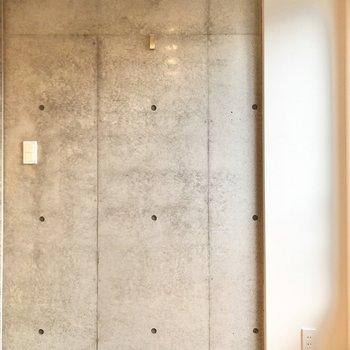 【ベッドルーム】こちらにもコンクリートが使われています。