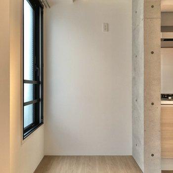 【LDK】キッチン横に冷蔵庫とラックを並べて置けそうです。