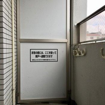 バルコニーは普通サイズ。洗濯物が多いときは浴室乾燥機の活用を(※写真は9階の同間取り別部屋のものです)