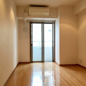 エアコンもしっかり完備(※写真は9階の同間取り別部屋のものです)