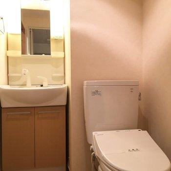 トイレは脱衣所に(※写真は9階の同間取り別部屋のものです)