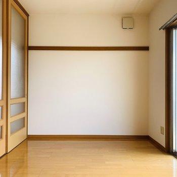 【洋7.1】日中は自然光だけで生活出来そうな程明るいお部屋。(※写真はは同間取り反転のお部屋です。)