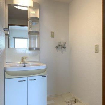LDK横にあるユーティリティー。正面には洗面所と洗濯機置き場。
