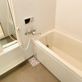 追い焚き付きの広めの浴槽でしっかりと体を癒せそう。(※写真はは同間取り反転のお部屋です。)