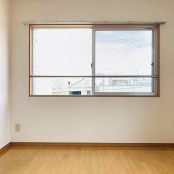 【洋6.1】2面彩光で明るい洋室。中央にベッドを置いてホテルライクな暮らしを。(※写真はは同間取り反転のお部屋です。)