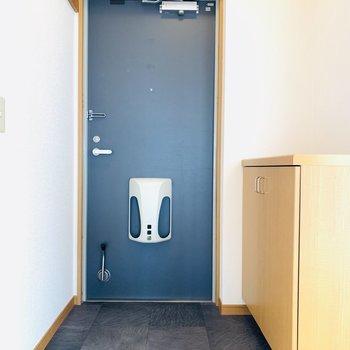 玄関スペースは全体を引き締めてくれるようなブラック。(※写真はは同間取り反転のお部屋です。)