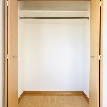 こちらにはハンガーパイプの収納。(※写真はは同間取り反転のお部屋です。)