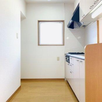 広々としたキッチンスペース。(※写真はは同間取り反転のお部屋です。)