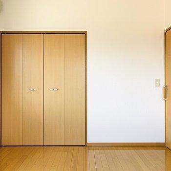 お部屋全体が統一された色味なので落ち着いた暮らしができそうです。(※写真はは同間取り反転のお部屋です。)